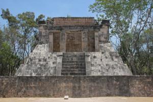 Tribüne am Spielfeld von Chichen Itza in Mexiko