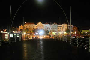 Emmaabrücke in Willemstad/Curacao nachts mit Blick auf Otrabanda