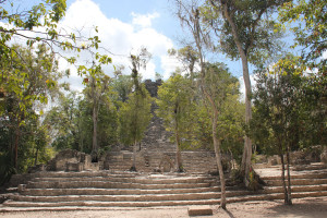 Überwucherte Pyramide in Coba - Mexiko