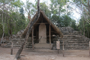 Stele in der Ausgrabungsstätte Coba in Mexiko