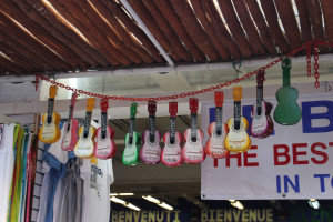 Kleine Gitarren an einem Laden in laya del Carmen