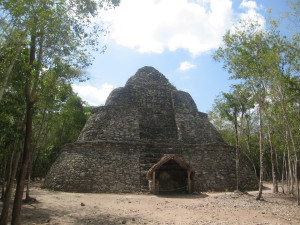 Kleines Observatorium in Form einer stilisierten Pyramide in Coba - Mexiko