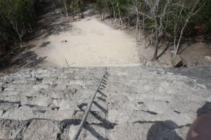 Kletterseil an der Ryramide von Coba in Mexiko