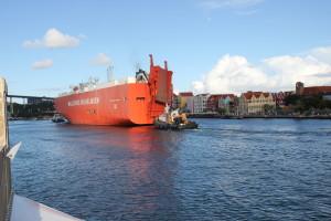 Schiff durchfährt die Wilhelminabrücke auf Curacao