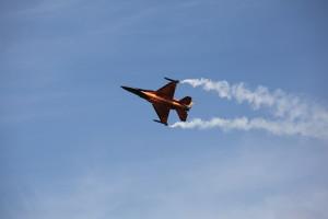 F 16 der niederländischen Luftwaffe beim Kunstflug auf der Airshow Luchtmachtdagen