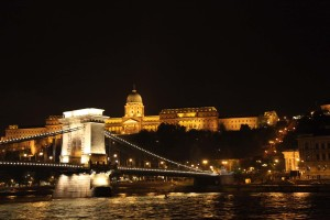 Bootsfahrt über die Donau mit Blick über die Kettenbrücke
