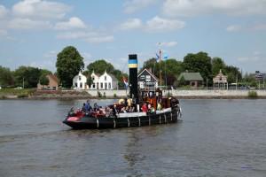Dampfschiff auf der Merwede in Dordrecht