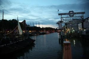 Hafenbecken mit Dampfschiffen in Dordrecht