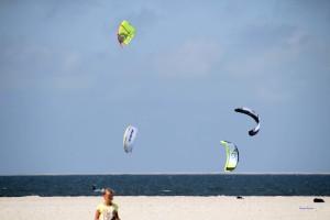 Holland - Strand mit Kitesurfern