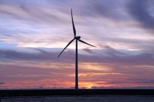 Moderne Windkraftanlage an der holländischen Küste