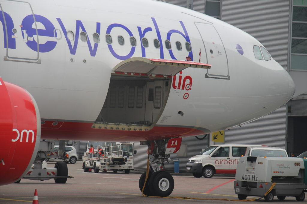 Offene Ladetür für Fluggepäck