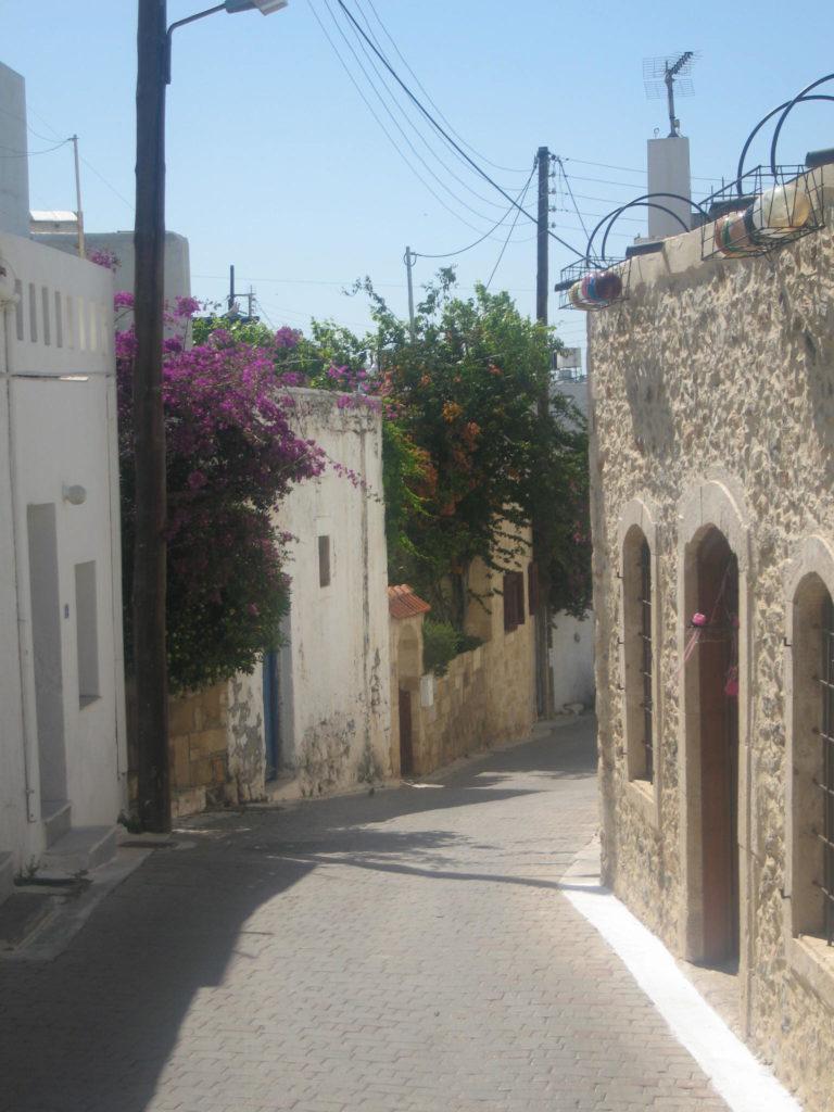 Straße durch Dorf auf Kreta